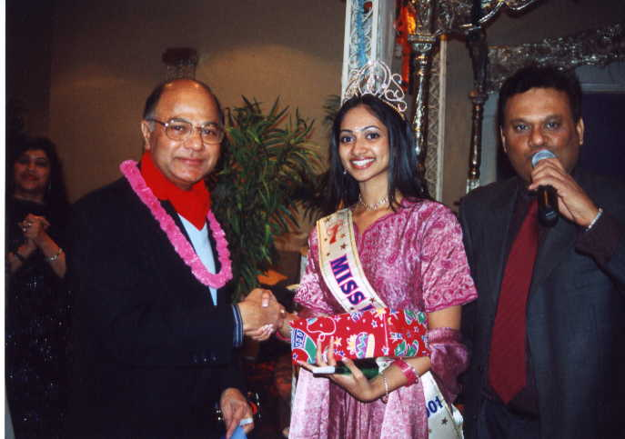 Mr. Yogesh Mathur, The Manager of Air India presenting a gift to Miss India